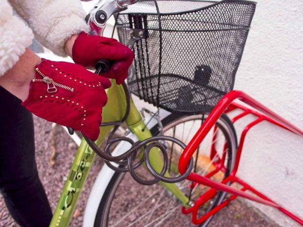 Låsbygeln är perfekt placerad, så att man enkelt kan låsa fast cykeln i ramen på ett säkert sätt.
