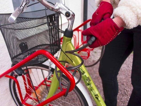 Så här låser man fast sin cykel säkert i cykelställets låsbygel.