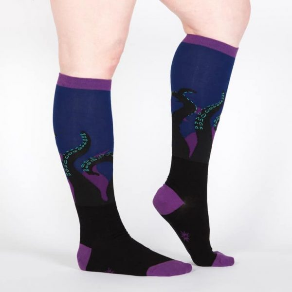 Färgglada knästrumpor i roliga mönster ger dig en coolare stil och du köper dem hos Define Me!