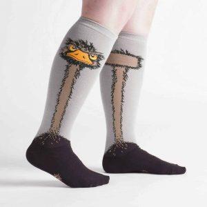 De snygga knähöga damstrumporna Ostrich av hög kvalitet från Sock It To Me köper du hos Define Me